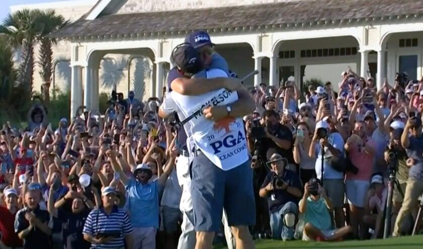 Phil Mickelson valt na de winnende putt in de armen van broer en caddie Tim. De menigte is uitzinnig.