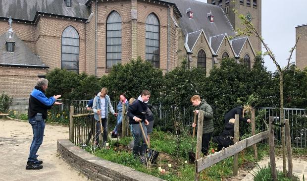 <p>Groen-leerlingen van het Clusius College planten bomen.</p>
