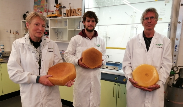 Zo komt Alkmaars Goud eruit te zien. Op de foto Franka Dekker, student Victor en Jaap Groen.