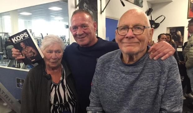 <p>Bert met zijn apetrotse ouders Hennie en Bert sr..</p>