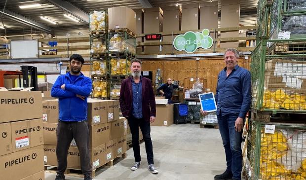 <p>Javad Karimi, Rob Kooiman, Henk Kroeb en Peter Schouten in de Soci-Com productiehal.</p>