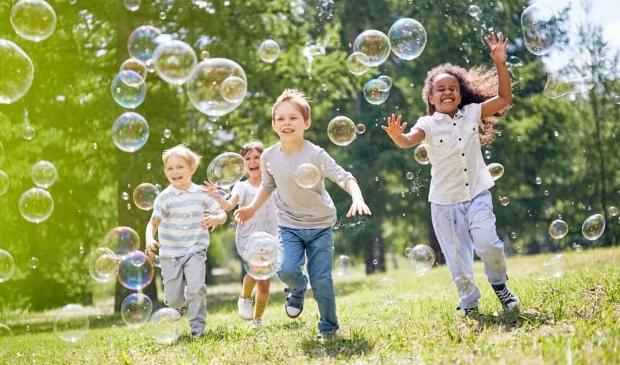 Gun een kind dat het niet breed heeft een fijne zomervakantie.