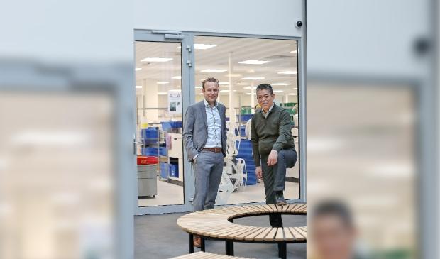 <p>Directeur Chris Sindhunata van SPITS Alkmaar (rechts) en Mark Wijte van Klaver Giant Groep. </p>