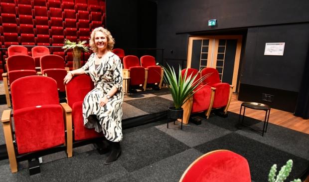 <p>Angelique Finkers in de kleine zaal die nu zo is ingericht dat er - coronaproof - zitjes zijn gemaakt voor maximaal dertig bezoekers waarbij de sfeer behouden blijft.&nbsp;</p>