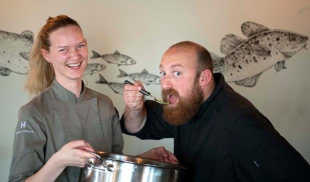 <p>De Waterraaf chef-kok Sylvester van Westrop en sous-chef Romy Zwart proeven de Vrijheidsmaaltijdsoep voor. Hun mening: &#39;van geluk juichende smaakpapillen!&#39;&nbsp; &nbsp;&nbsp;</p>