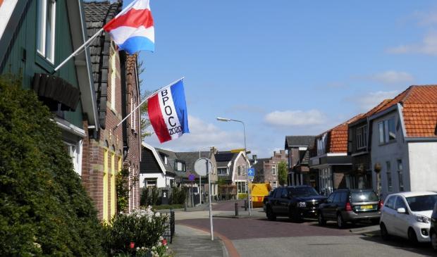 <p>Protestvlaggen hangen uit in de Bakkummerstraat.</p>