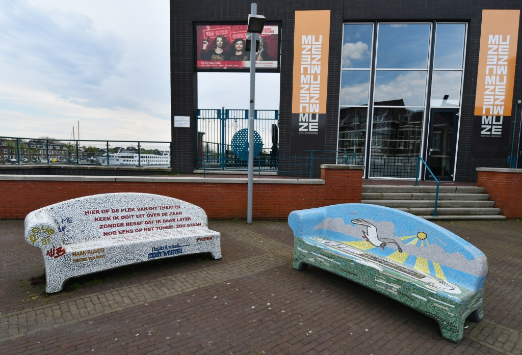 Er staan zelfs twee sociale sofa's voor het Zaantheater. (Foto: Dirk Karten) © rodi
