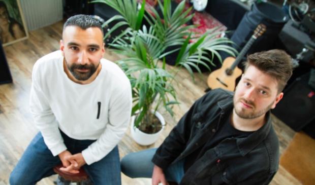 <p>Componist en arrangeur van Ten-Hut, Bas Gaakeer (rechts) en gastsolist Burak Dolutas.&nbsp; &nbsp;&nbsp;</p>