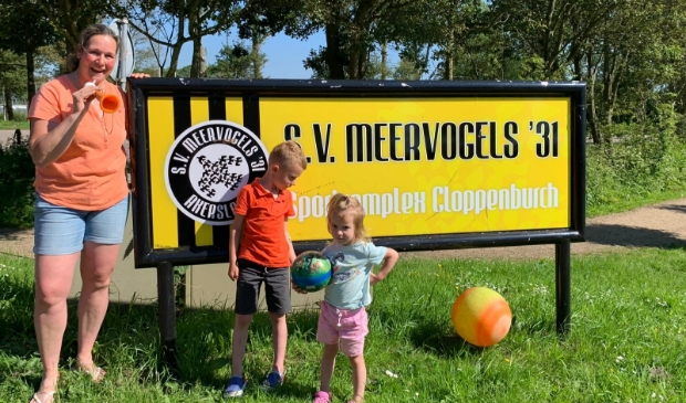 <p>Eveline, Quint en Lis zijn de overburen van Meervogels&#39;31 en supporters van Oranje.</p>