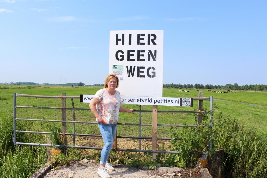 In het Zaanse Rietveld wordt door Jeanette Dijkshoorn aandacht gevraagd voor een petitie om de polder te redden. (Foto: Morvenna Goudkade) © rodi