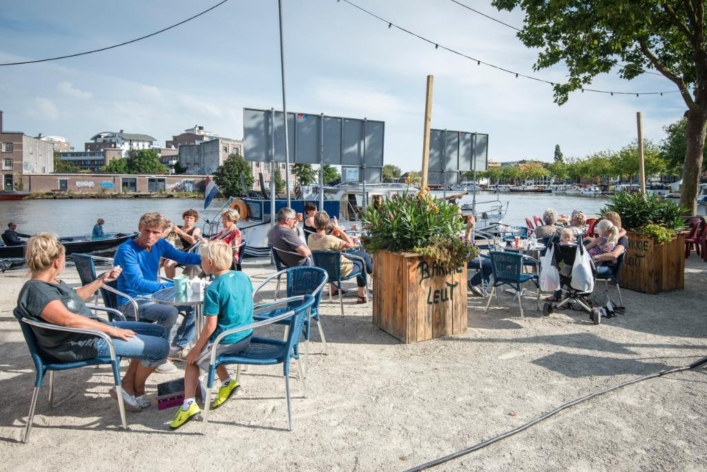 Nog even en het zoete uitgaansleven begint in de Zaanbocht bij het Foodfestival aan de Zaan. (Foto: Dirk Brand) © rodi