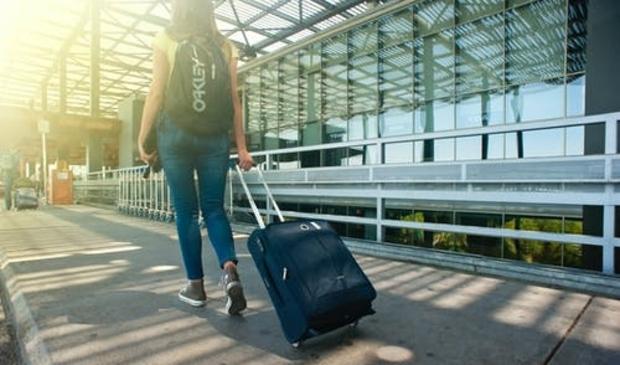 Reiziger op weg naar vakantiebestemming in het buitenland.