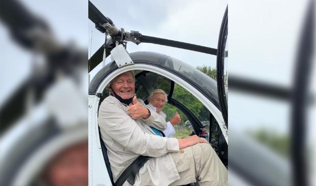 <p>Coby op de foto rechts met haar zoon in de helikopter, net voor vertrek.</p>