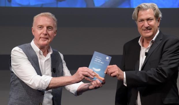 <p>Andr&eacute; van Duin en Henk Eising met het eerste exemplaar van het boek.&nbsp;</p>