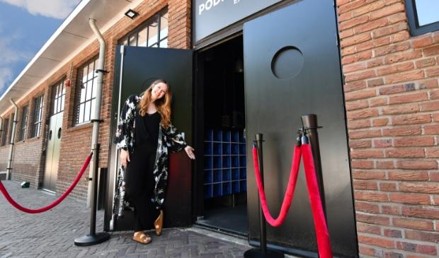 <p>Lisanne de Haan heet de bezoekers weer van harte welkom bij Podium De Flux.</p>