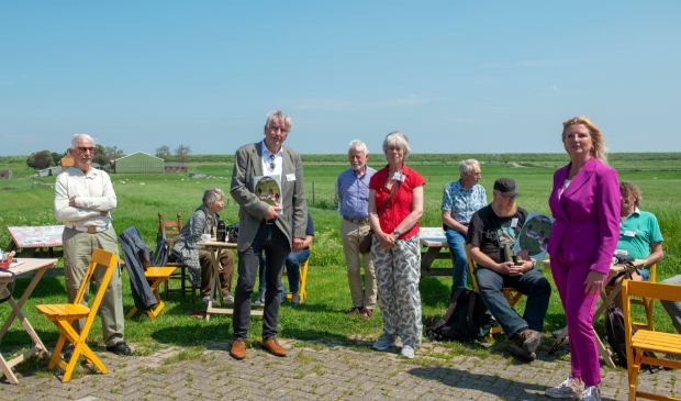 <p>&#39;Vogels in De Zeevang 2000-2020&rsquo; werd uitgereikt aan Esther Rommel, gedeputeerde voor onder meer natuur en landschap, en Hans Sch&uuml;tt, wethouder in Edam-Volendam.</p>