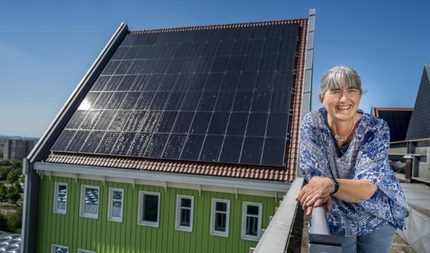 """<p pstyle=""""PLAT"""">Annette Baerveldt op het dak van het Zaanse stadhuis waar 652 zonnepanelen jaarlijks 156.480 kWh aan elektriciteit opwekken.</p>"""