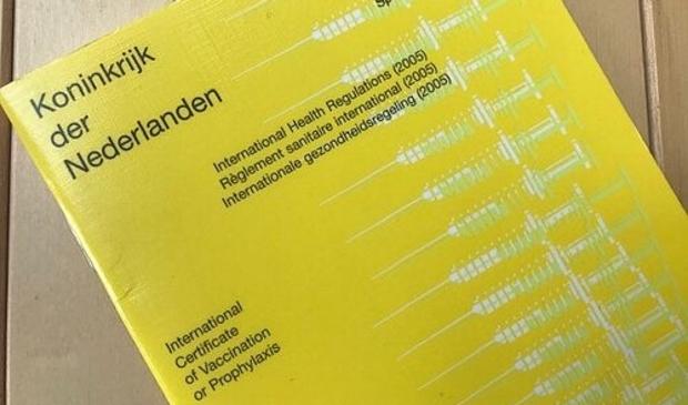 <p>Het gele boekje is een goed alternatief voor het digitale coronapaspoort.</p>