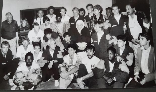 <p>De selectie van PSV, met Moeder Teresa in het midden en Lilian Teunissen (staand 2e van links).</p>