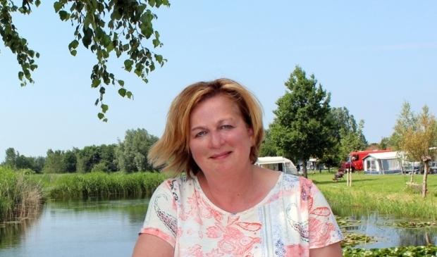 <p>Jeanette Dijkshoorn strijdt met een petitie tegen een weg in het Zaanse Rietveld, die ook haar camping Polderflora zou doorkruisen.</p>
