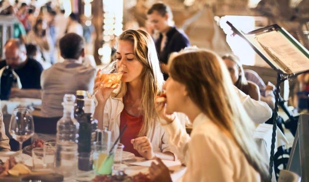 <p>Restaurants mogen vanaf 26 juni tot middernacht open blijven.</p>