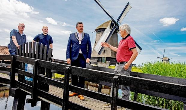 <p>Burgemeester Emile Roemer bezoekt de museummolen.&nbsp;</p>