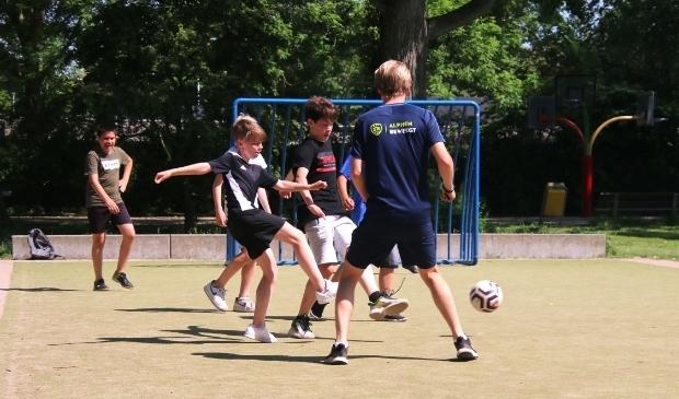 <p>Hoewel de coaches verder veel sportattributen hebben meegenomen, gaat op veel plaatsen de voorkeur van de jeugd uit naar voetballen.</p>