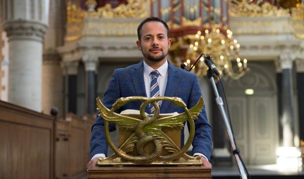 <p>Mounir Samuel in de Grote kerk in Haarlem waar hij op 1 september de Willem Arond&eacute;uslezing 2021 uitspreekt.</p>