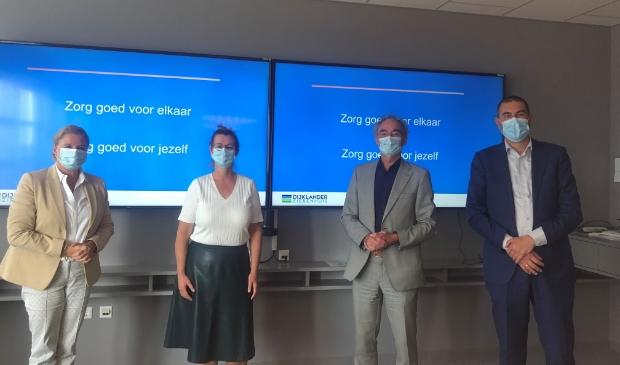 <p>Burgemeester Bonsen (l) bracht een werkbezoek aan het Dijklander Ziekenhuis.</p>