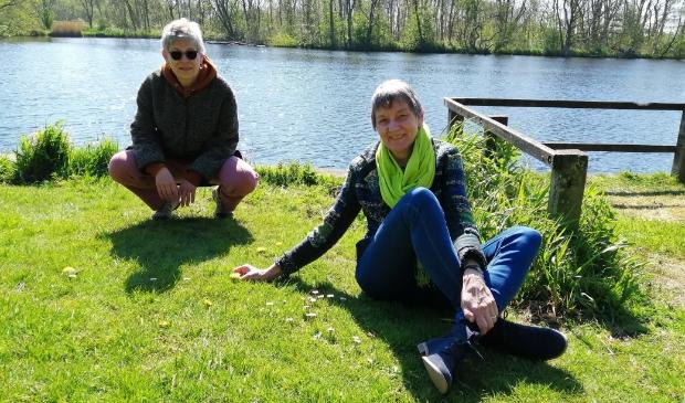 <p>Karin Stroet (links) en Lidy Ridder zijn twee vrijwilligers van het IVN Twiske.</p>
