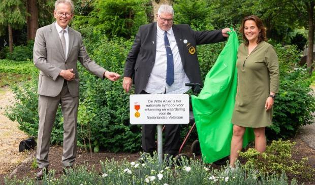 <p>Het bord onthuld: Cor Persenaire tussen burgemeester Don Bijl en wethouder Eveline Tijmstra. </p>