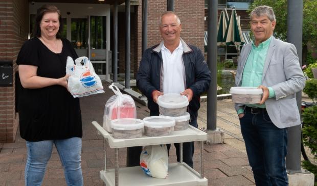 <p>Activiteitenbegeleidster Lisette Muts van Novawhere neemt de tonnetjes haring in ontvangst van Frits Dix (midden) en&nbsp; Co Boots van Vrienden voor Purmerend.&nbsp;</p>