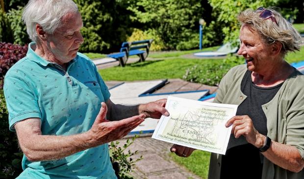 Voorzitter Jan Groot van Platform Polder Heerhugowaard schenkt symbolisch de cheque ter waarde van 5.500 euro aan Gemma Groot van Stichting Historisch Heerhugowaard.