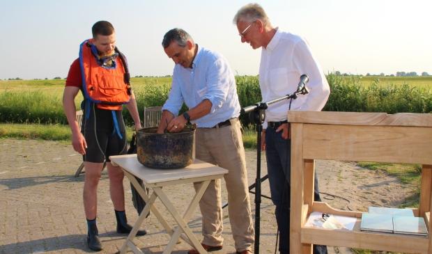 <p>Duiker Jan, archeoloog Jan-Willem Oudhof en Friso de Zeeuw, voorzitter stichting Etersheimerbraak.</p>