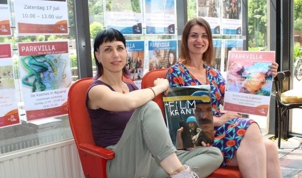 <p>Cindy van der Hoorn (li) en Maaike van Zetten zien veel belangstelling voor het aanbod van Parkvilla.</p>