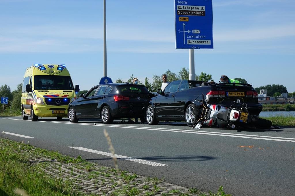 Zwaar ongeluk met meerdere auto's en motor. (Foto: Inter Visual Studio ) © rodi