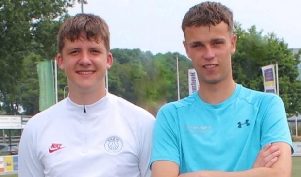 <p>Tom Selser (li) en Joris van Griensven (allebei 19) hielden zaterdag een presentatie over auti-voetbal bij Floreant.</p>