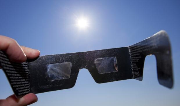 """<p pstyle=""""PLAT"""">Kijk nooit zonder bescherming naar de zon, maar gebruik een eclipsbril (te koop via internet).</p>"""
