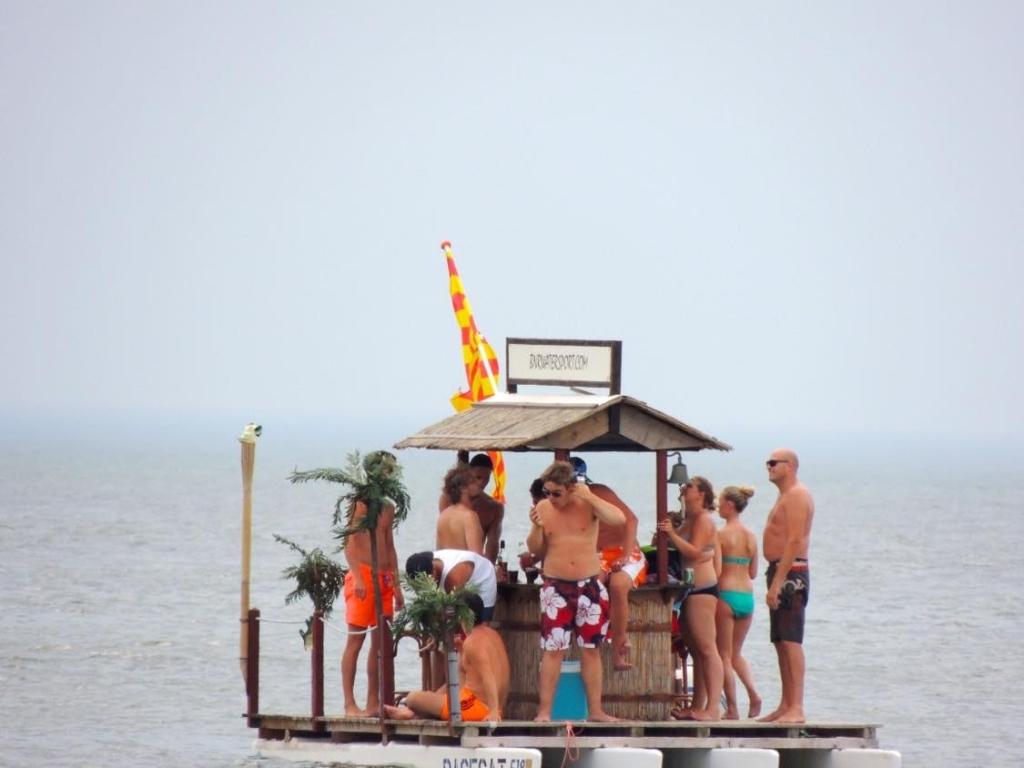 Beruchte drijvende bootbar (Foto: Marja Bak-Aal) © rodi