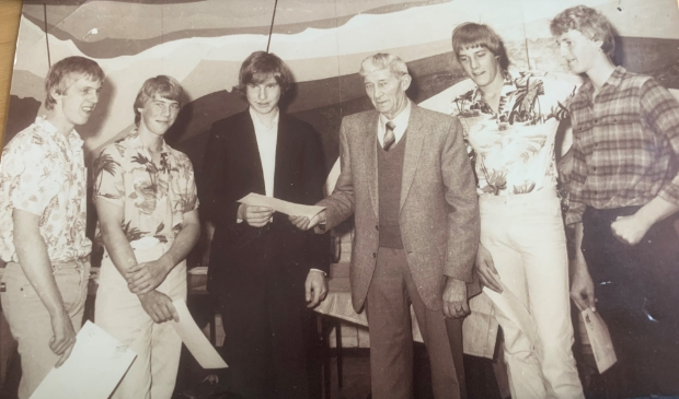 <p>Vijf geslaagden diploma visserijschool juni 1981, Vanaf links: Gerrit Kraak, Dirk Kraak, Jan Kraak, Pieter Kraak, Peter Kraak, Piet Kraak.</p>