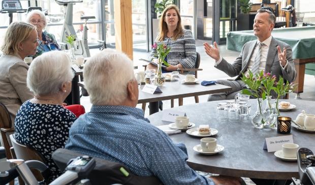 <p>Op bezoek bij de ouderen van Woonzorggroep De Bron.</p>