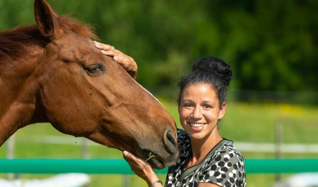 <p>Fayrouz met een van haar paarden.</p>
