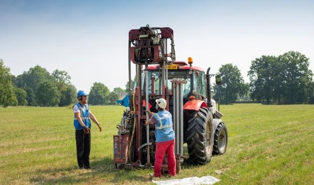 <p>Tijdens het onderzoek rijdt een tractor met een kleine boorinstallatie langs de onderzoekslijnen.</p>