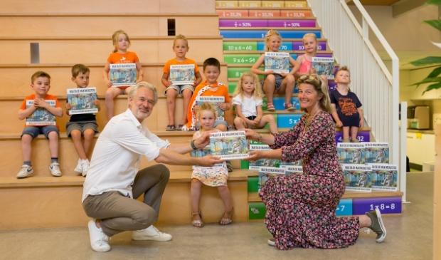 <p><em>Leerlingen van basisschool De Bloeiende Perelaar samen met Henk Schulte, eigenaar van boekhandel Het Leesteken enRichtje Leek, groepsleerkracht kleuterbouw.</em> </p>