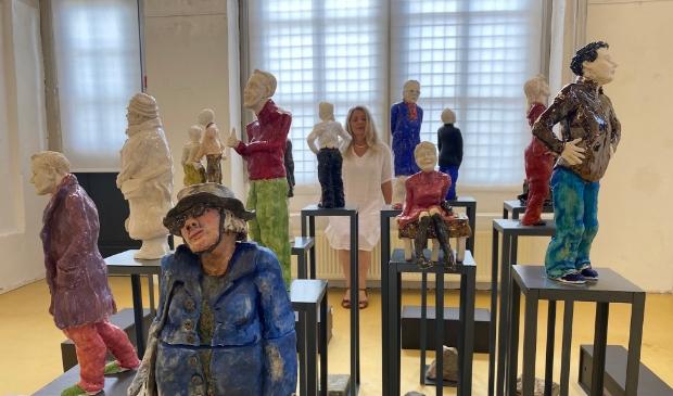 <p>Margo Schoutsen bij haar &#39;Kunstkijkers&#39; die nu te zien zijn in De Boterhal.</p>
