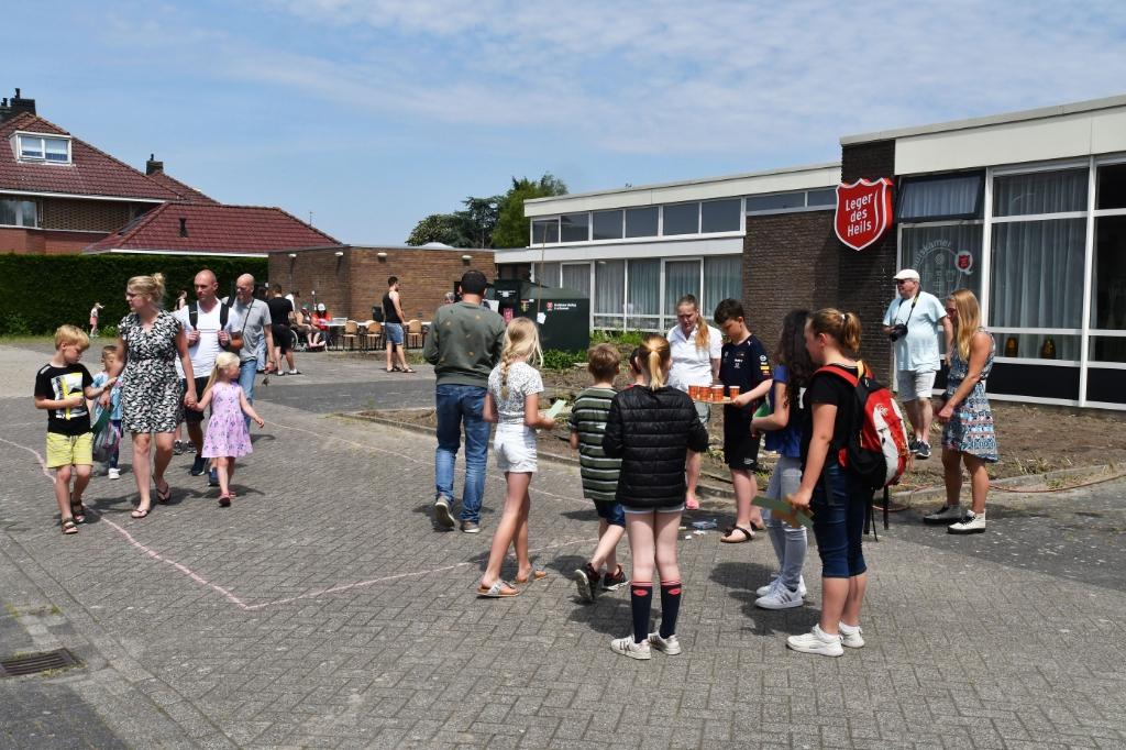 Gratis ijsjes, lolly's, donuts en limonade voor alle kinderen tijdens het zomerfestijn. (Foto: Barend Hoekstra) © rodi