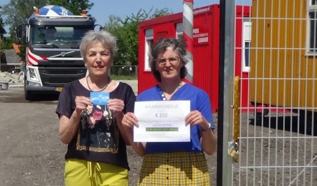 <p>Mona Beksvoort (l) en Ine Hermans van Initiatiefgroep Heemradenwijk-Centrumwaard doneren aan Jantje Beton.</p>