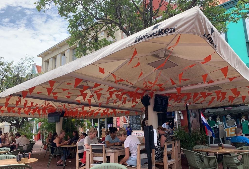 Plein Café Wilhelmina op het Wilhelminaplein in hartje Punda kleurt langzaam oranje  ((Foto: Donald Esser)) © rodi
