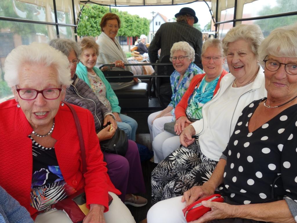 Na maandenlang vanwege corona verplicht binnen te moeten, was er voor de senioren in De Noord eindelijk weer een leuk uitje. (Foto: Aangeleverd) © rodi