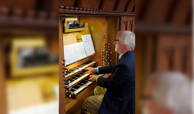 <p>Tjeerd van der Ploeg achter het Nicholson-orgel</p>